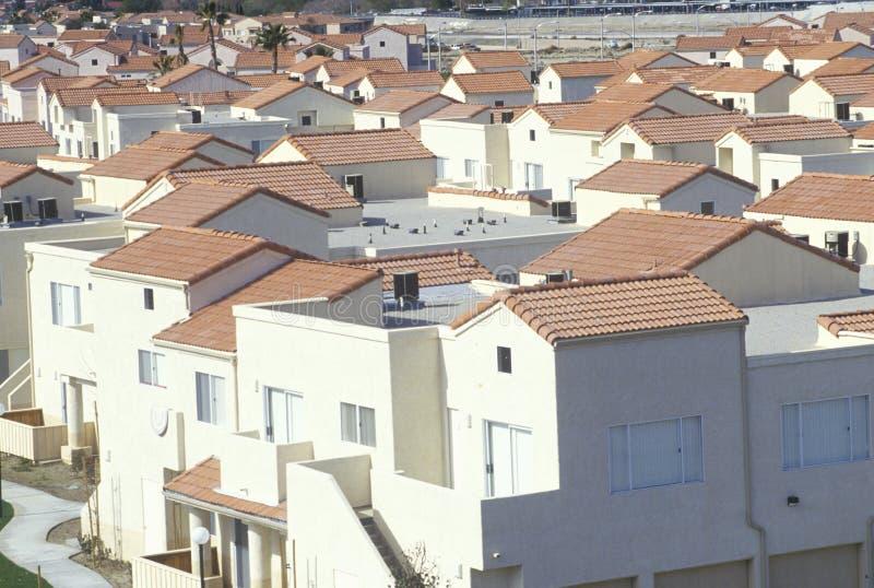 Nuove case in una vicinanza ammucchiata, Palmdale, CA immagine stock libera da diritti