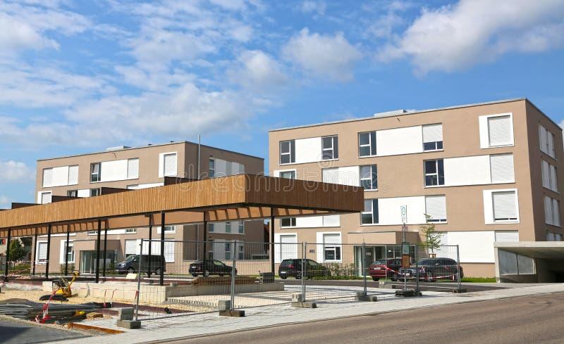 Nuove case urbane moderne su un cielo blu in Germania immagine stock