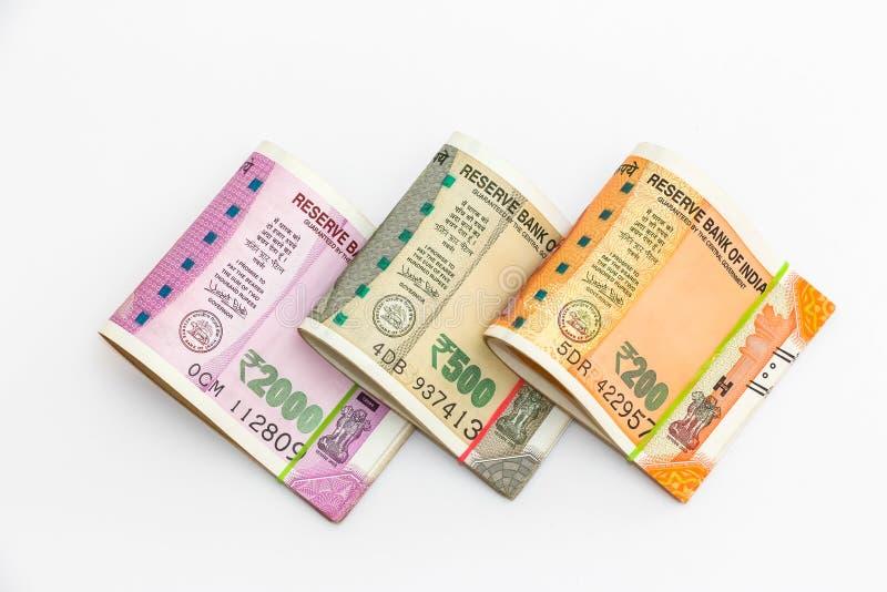 Nuove di banconote degli indiani 200, 500 e 2000 rupie su fondo bianco fotografia stock libera da diritti