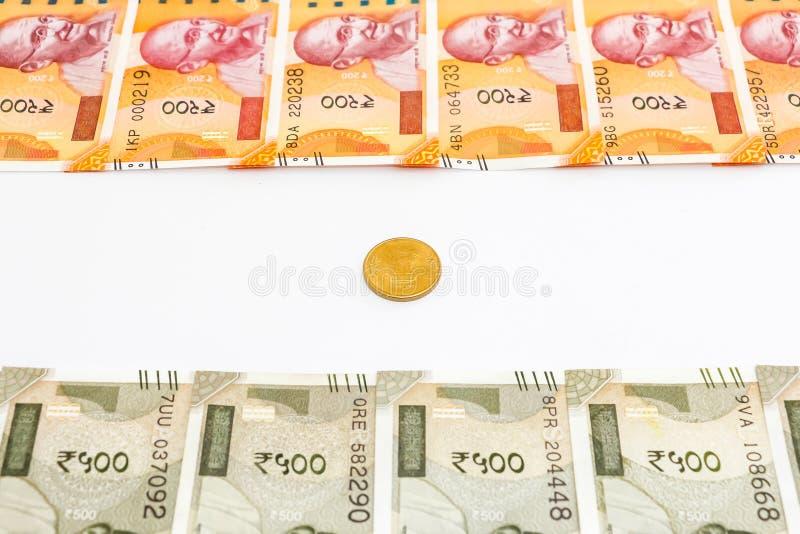 Nuove 200 e 500 rupie indiane di banconota e moneta Concetto indiano della bandiera fotografia stock libera da diritti