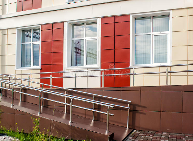 Nuove finestre di plastica nella casa fotografia stock