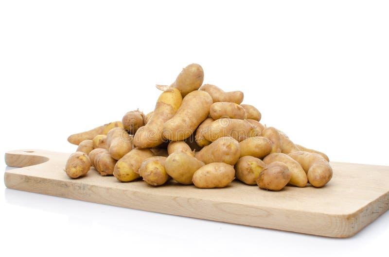 Nuove patate dei rattes su un bordo di legno immagini stock