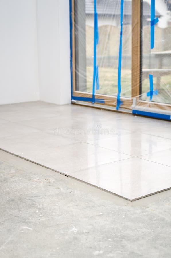 Nuove piastrelle per pavimento, installazione fotografia stock