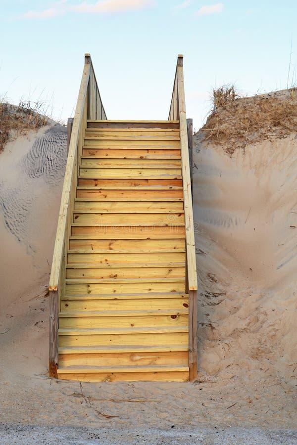 Nuove scala ad un verticale pubblico di accesso della spiaggia immagine stock libera da diritti