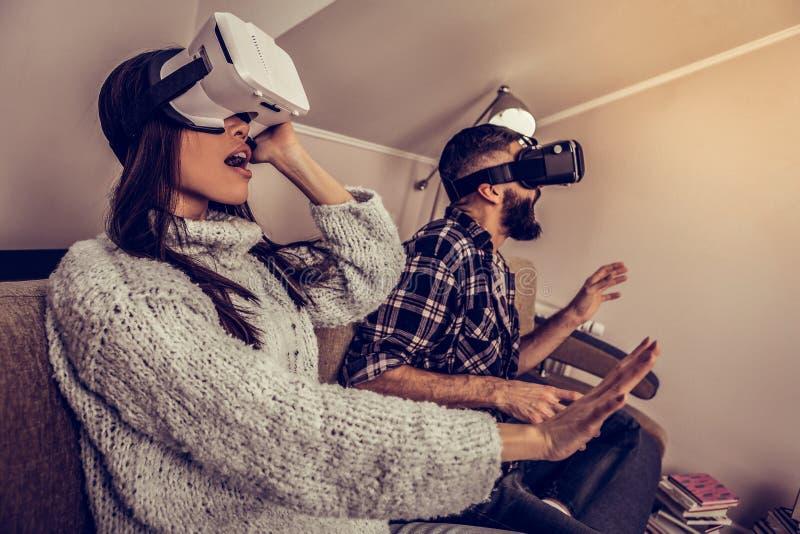 Nuove tecnologie di prova delle giovani coppie emozionali positive immagine stock