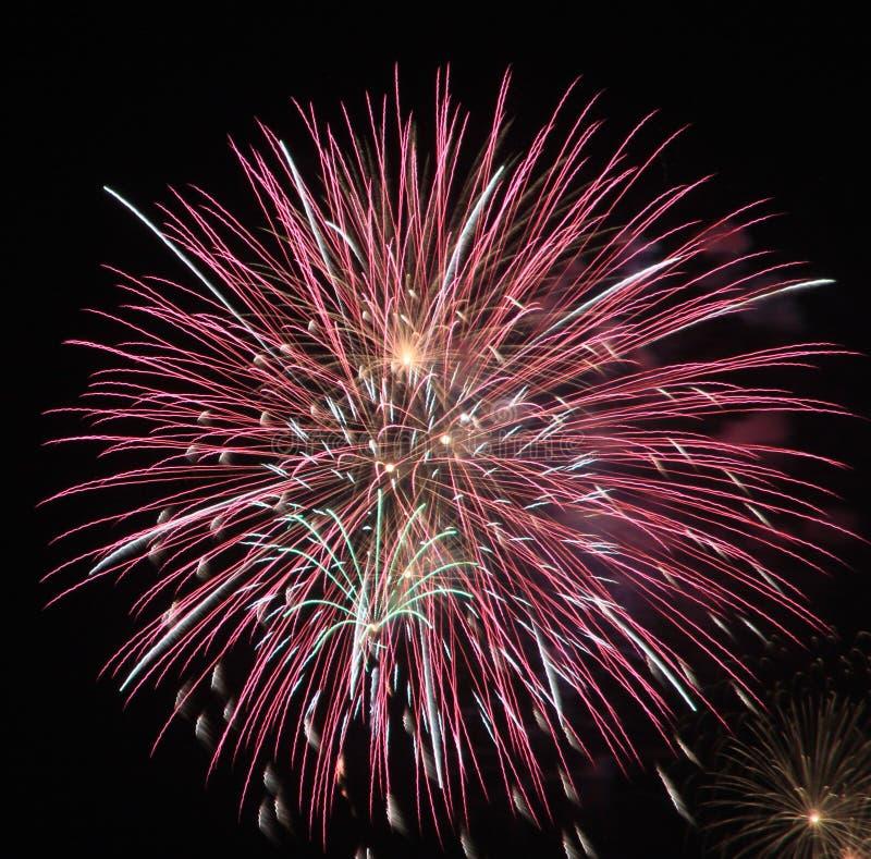 Nuovi anni dei fuochi d'artificio del pilastro del parco di spiaggia enorme Florida di Panama City fotografia stock