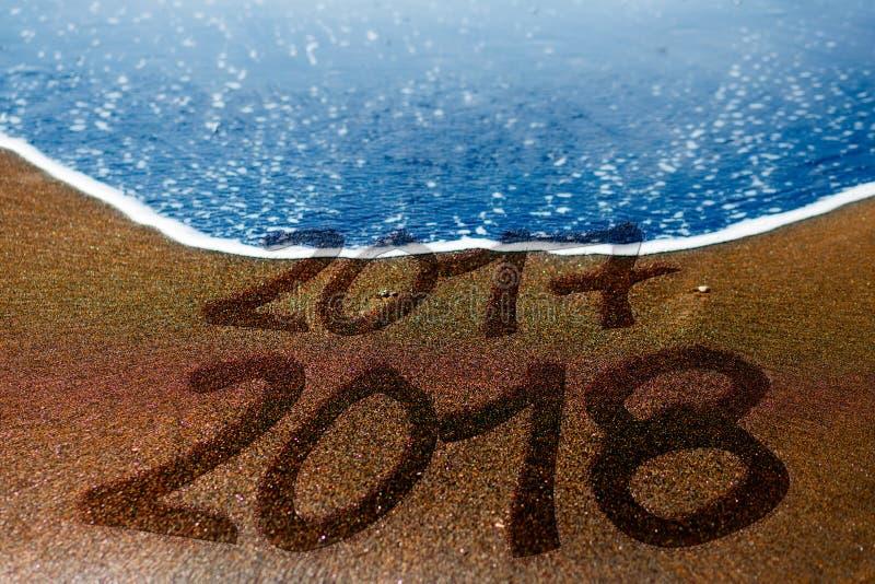 2017 2018 nuovi anni della spiaggia di sabbia stanno venendo immagini stock libere da diritti