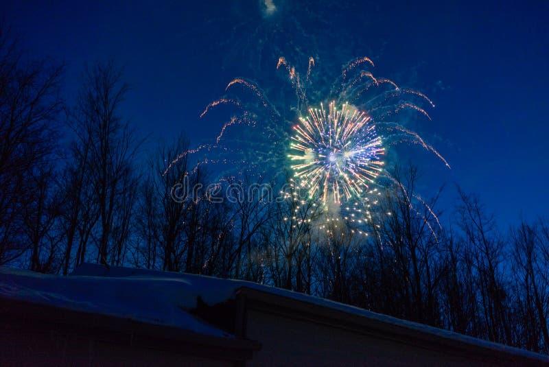 Nuovi anni di fuochi d'artificio di EVE in cielo di inverno immagini stock libere da diritti