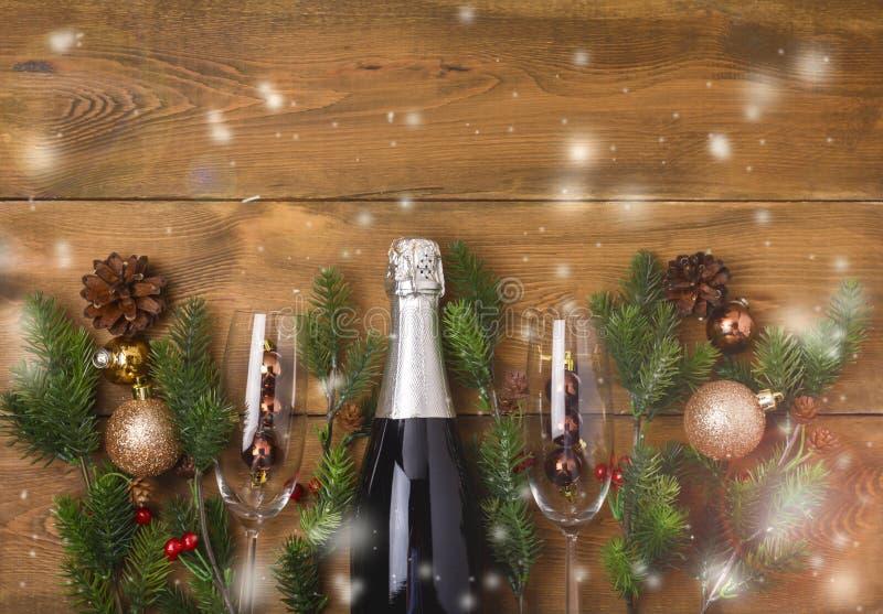 Nuovi anni di Natale di fondo di celebrazione con le paia dei bicchieri di vino e della bottiglia della decorazione dell'abete di fotografie stock