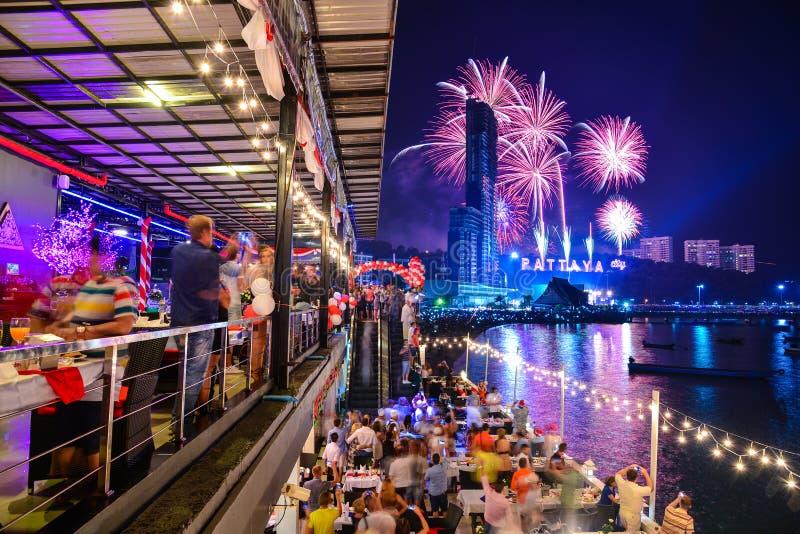 Nuovi anni di notte di celebrazione Tailandia dei fuochi d'artificio fotografia stock libera da diritti