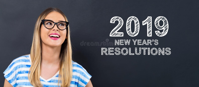 2019 nuovi anni di risoluzioni con la giovane donna felice immagine stock