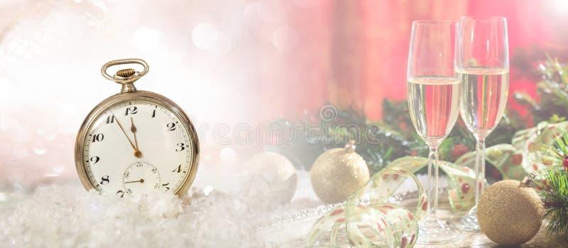 Nuovi anni di vigilia di celebrazione del partito Resoconto alla mezzanotte su un orologio antiquato, fondo festivo fotografia stock