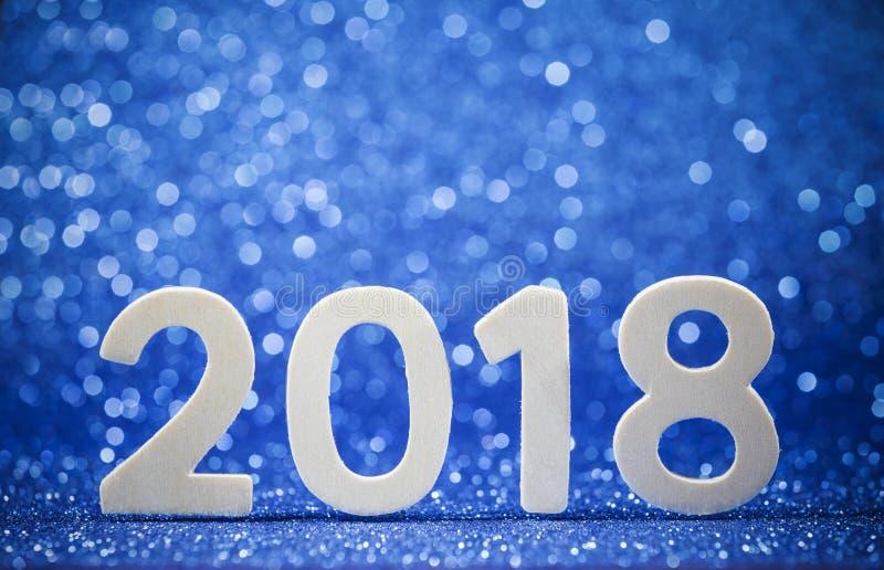 Nuovi anni 2018 numeri di legno bianchi su carta blu fotografia stock libera da diritti