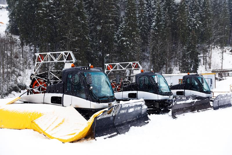 Nuovi aratri di neve moderni alla località di soggiorno immagine stock
