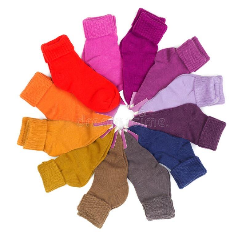 Nuovi calzini colorati impilati intorno fotografie stock