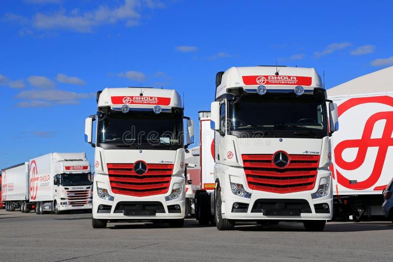 Nuovi camion di trasporto contro cielo blu fotografia stock libera da diritti
