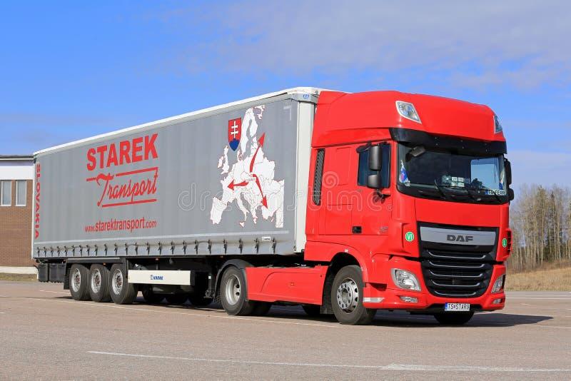 Nuovi camion e cielo blu dei semi di rosso DAF XF fotografie stock libere da diritti