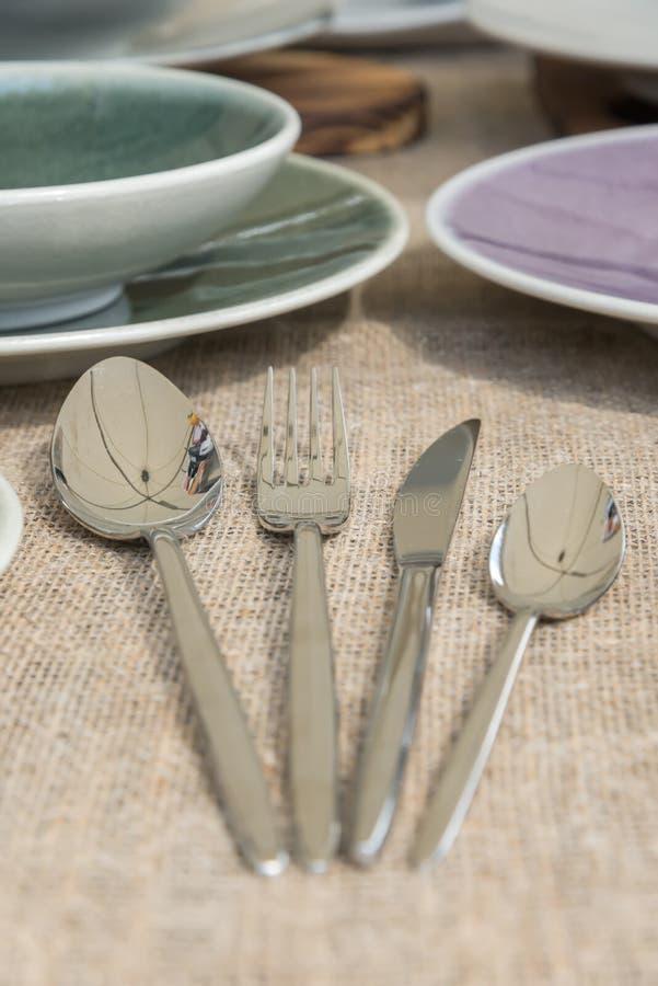 Nuovi forcella e coltello brillanti moderni dei cucchiai immagini stock libere da diritti