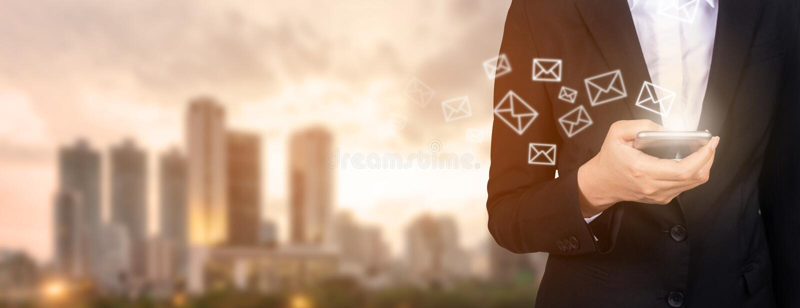 Nuovi messaggi sul telefono cellulare, mani della posta in arrivo di apertura di affari a fotografia stock libera da diritti
