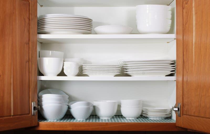 Nuovi piatti e ciotole bianchi in armadio da cucina immagine stock immagine di contenitore - Piatti da cucina moderni ...