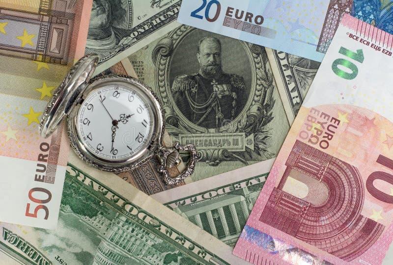 Nuovi soldi dei vecchi soldi, USD, euro, valore di tempo fotografie stock