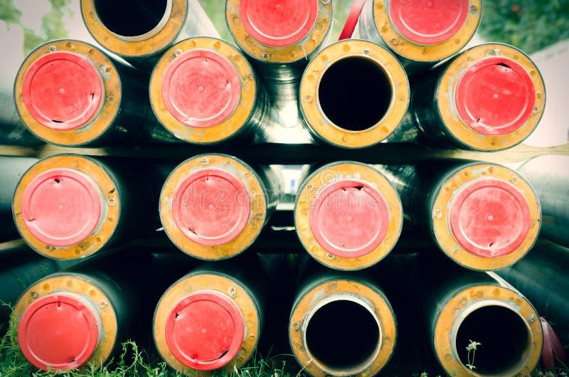 Nuovi tubi per la conduttura del riscaldamento centrale di un quartiere pronta per essere installato nella metropolitana fotografia stock libera da diritti