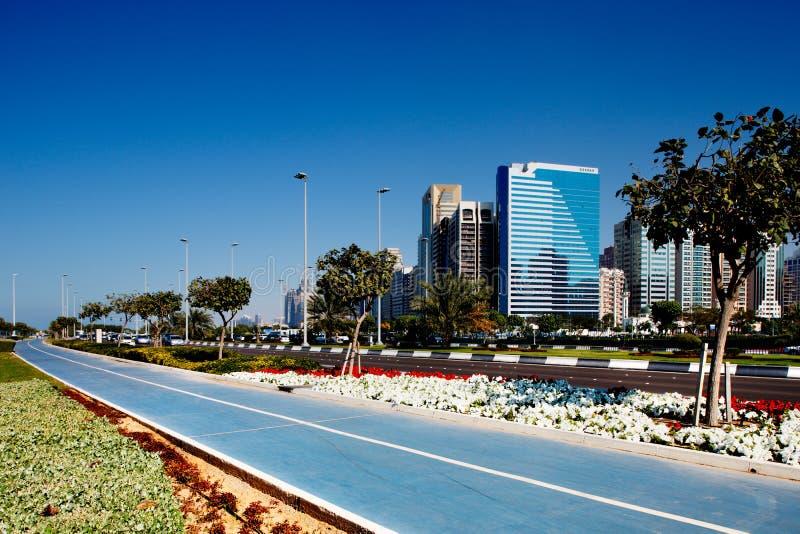 Nuovi vicoli del ciclo dell'Abu Dhabi popolare Corniche immagine stock libera da diritti