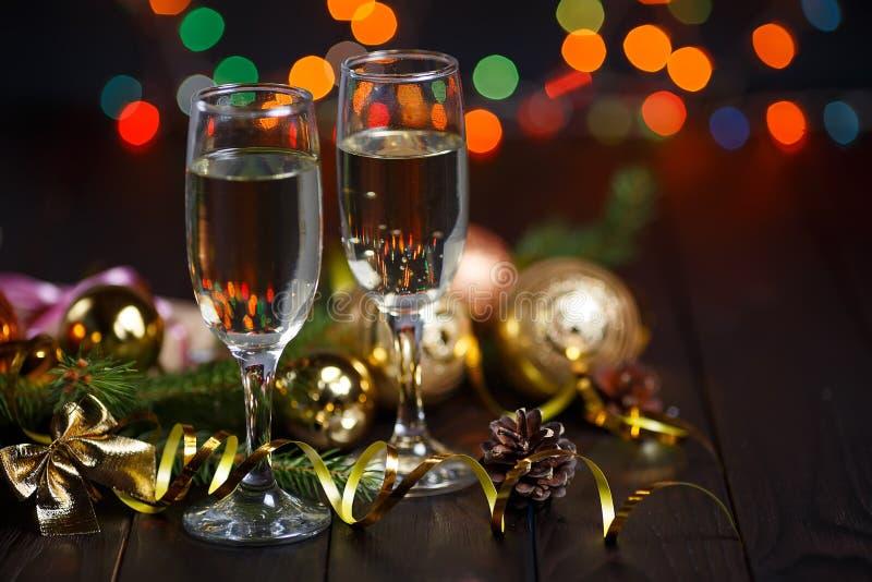 Nuovo anno che celebra concetto Due vetri di champagne, albero di abete fotografie stock