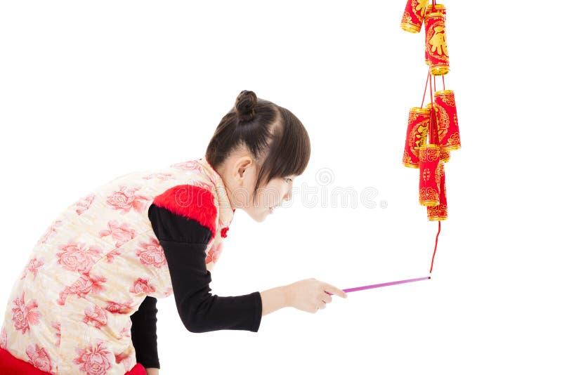Nuovo anno cinese felice Bambini che giocano con il petardo immagine stock