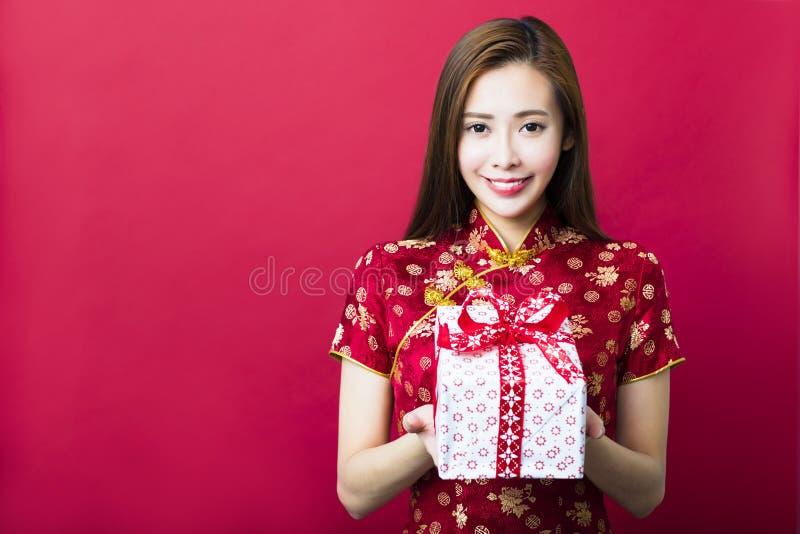 Nuovo anno cinese felice Contenitore di regalo della holding della giovane donna fotografia stock libera da diritti