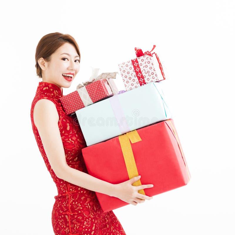 Nuovo anno cinese felice Contenitore di regalo della holding della giovane donna immagini stock