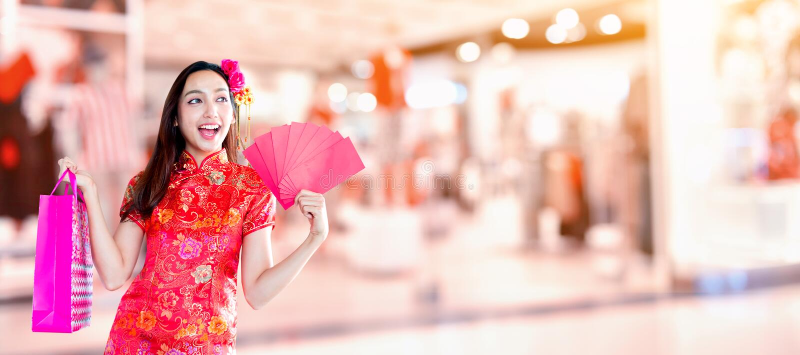 Nuovo anno cinese felice donna asiatica con il sacchetto della spesa immagini stock
