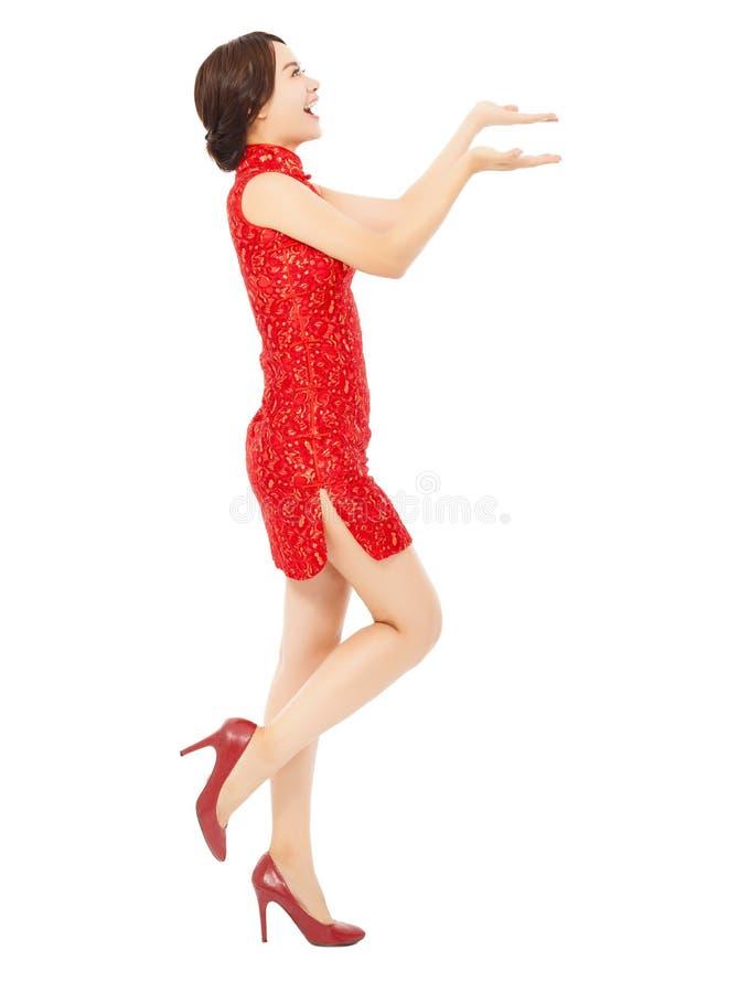 Nuovo anno cinese felice giovane donna che rende ad un fermo qualcosa posizione immagine stock