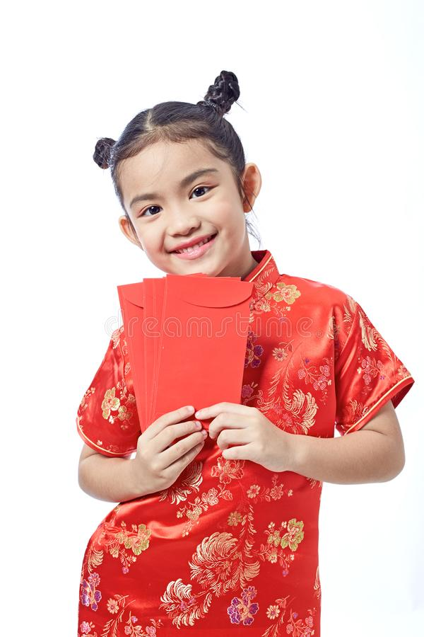 Nuovo anno cinese felice ragazza asiatica di sorriso che tiene busta rossa immagine stock libera da diritti