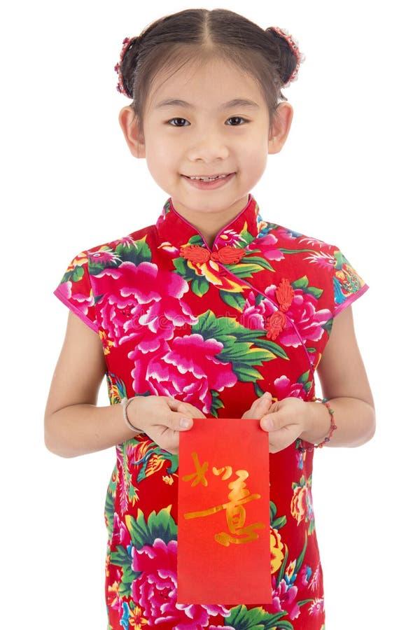 Nuovo anno cinese felice ragazza asiatica di sorriso che tiene busta rossa fotografie stock libere da diritti
