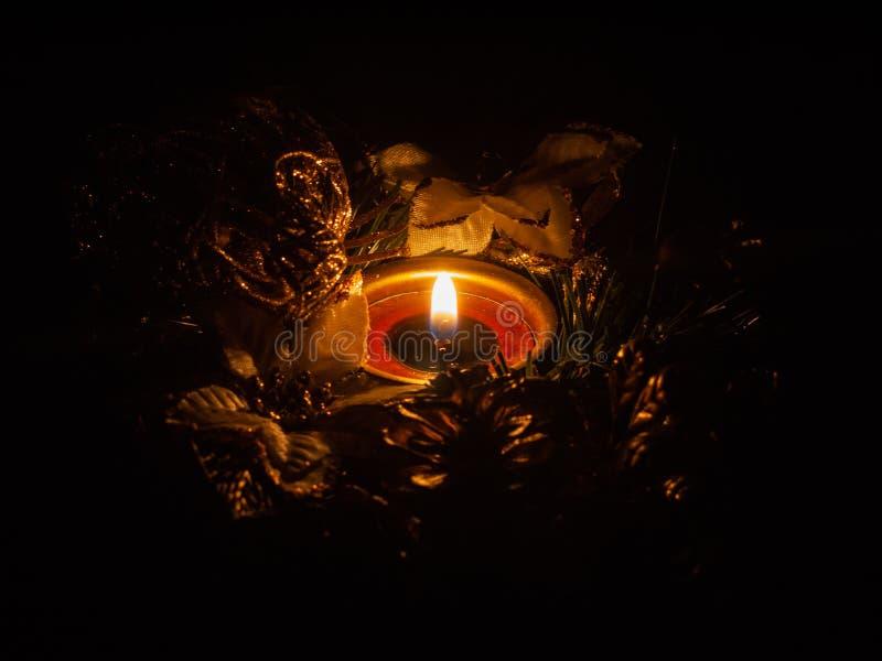 Nuovo anno e x27;s corona con candele immagini stock libere da diritti
