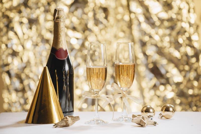 Nuovo anno felice - champagne e serpentina fotografie stock libere da diritti