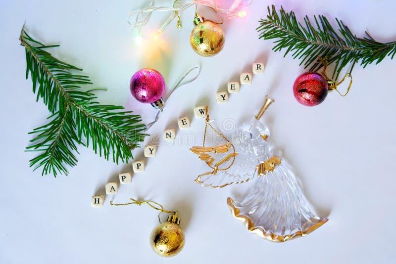 Nuovo anno felice Cubi con le lettere, angelo, giocattoli di Natale immagine stock libera da diritti