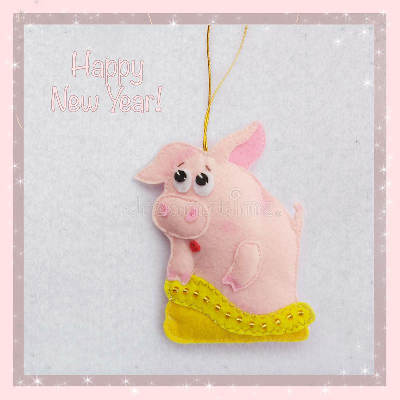 Nuovo anno Giocattolo molle fatto di feltro il maiale sveglio Il porcellino esce della borsa Decorazione dell'albero di Natale Si fotografie stock libere da diritti