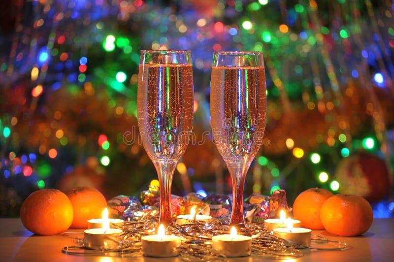 Nuovo anno, Natale, festa, vetri, mandarini, champagne, candele, romance, luci immagini stock libere da diritti