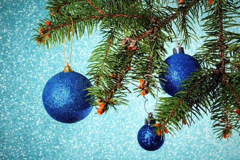 Nuovo anno Natale Intorno a tre Natali blu giochi l'attaccatura sulla t immagini stock