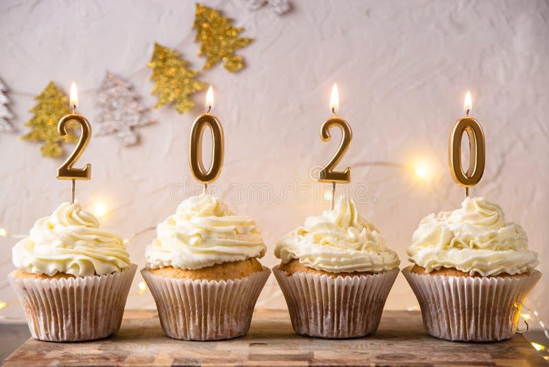Nuovo anno una carta da 2020 feste con le luci e le candele immagini stock libere da diritti