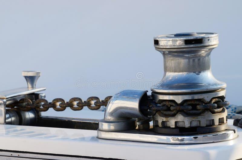 Nuovo argano dell'ancora della barca a vela con la catena, attrezzatura per il contro dell'yacht fotografia stock libera da diritti