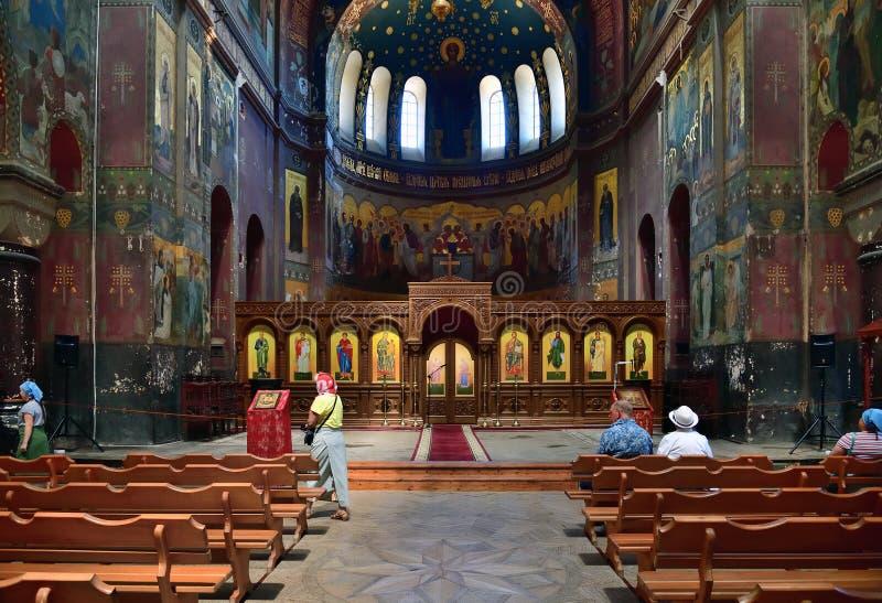 Nuovo Athos, Abkhazia - 3 giugno 2018 la gente in chiesa in monastero di Nova Afon immagine stock