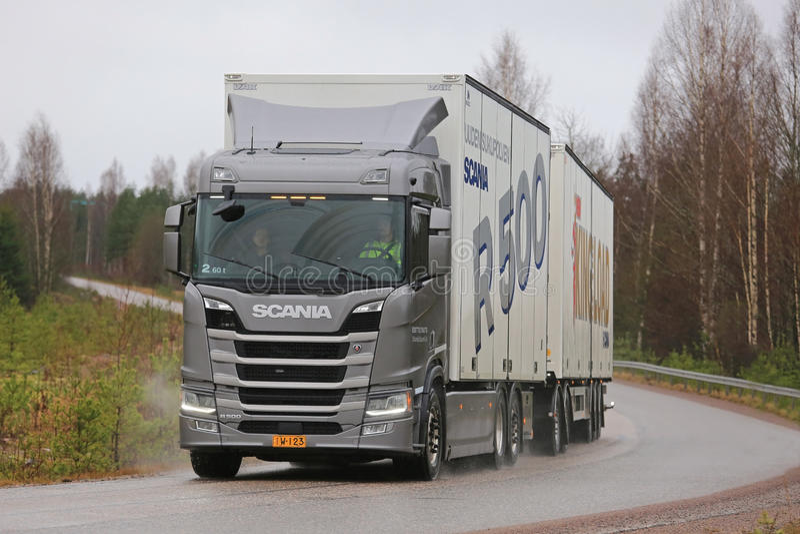 Nuovo autotreno di Scania R500 della prossima generazione su prova su strada fotografia stock