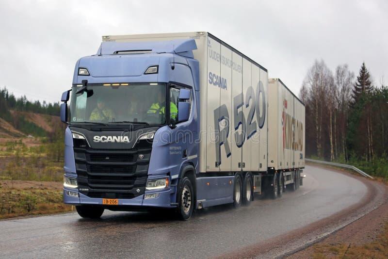 Nuovo autotreno di Scania R520 della prossima generazione sulla strada piovosa fotografie stock libere da diritti