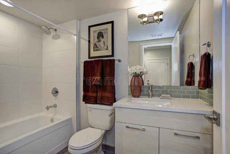 Nuovo bagno di lusso nei toni bianchi puri fotografie stock