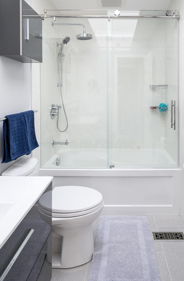 Nuovo bagno elegante immagine stock. Immagine di porcellana - 38699875