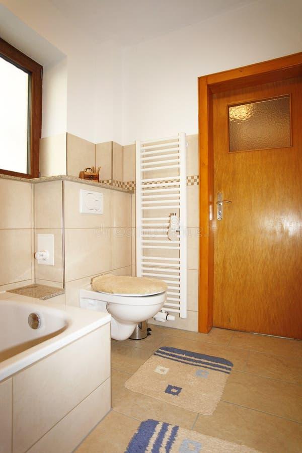 Nuovo bagno nei colori marroni beige immagine stock for Bagno beige