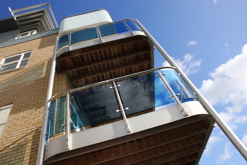 Nuovo balcone moderno della palazzina di appartamenti fotografia stock libera da diritti